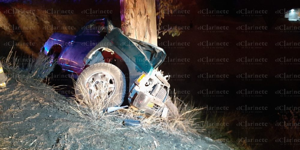 Muere sexagenario al chocar su camioneta contra un árbol en Calvillo