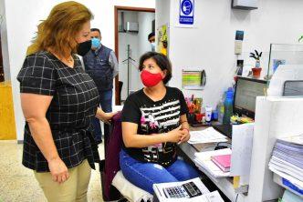Alcaldesa supervisa labores del personal en el municipio