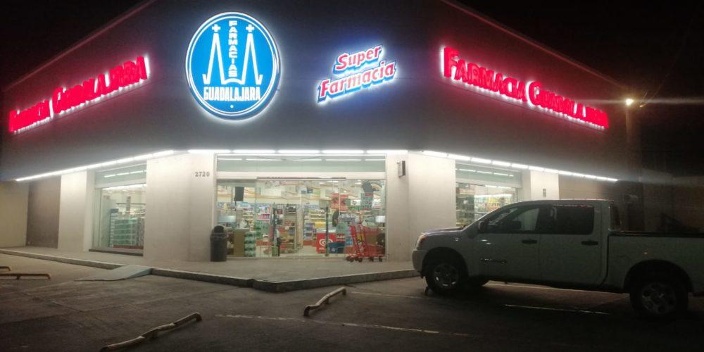 Sujetos armados asaltan Farmacia Guadalajara en Versalles
