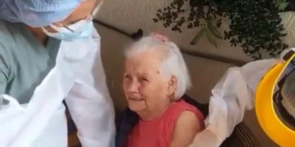 (VIDEO) Abuelita se vuelve viral por gritar y maldecir mientras es vacunada