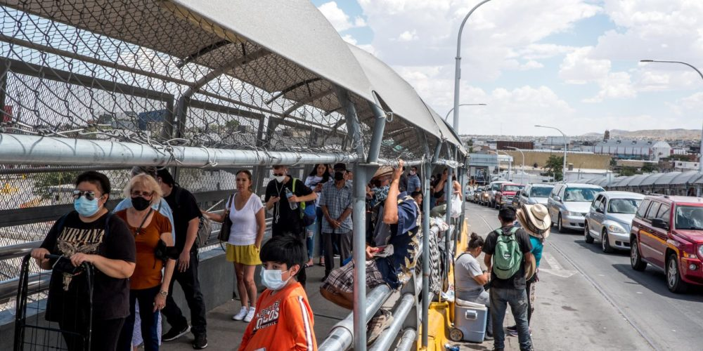 Estados Unidos extiende restricciones en fronteras con México y Canadá