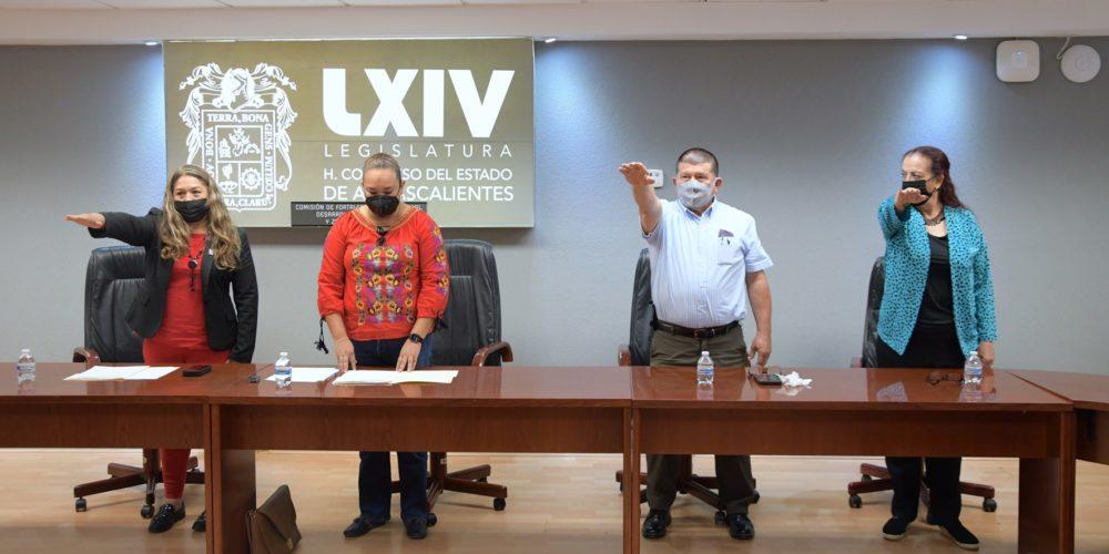 Toman protesta a integrantes de la Comisión de Fortalecimiento Municipal