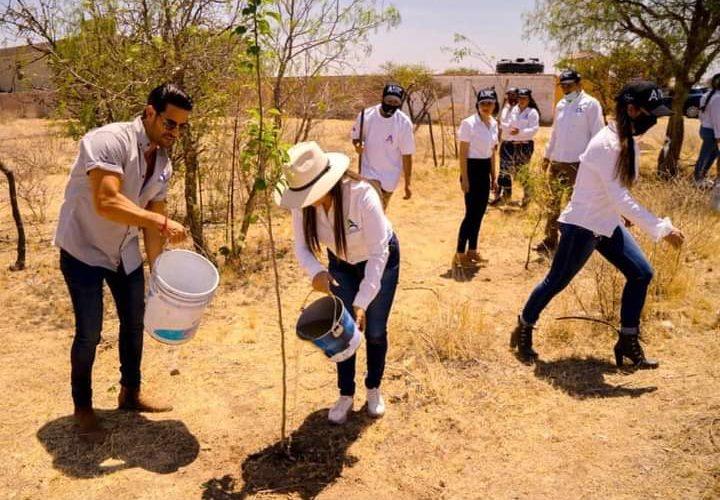Ricardo Franco conmemora con siembra de árboles el Día de la Tierra