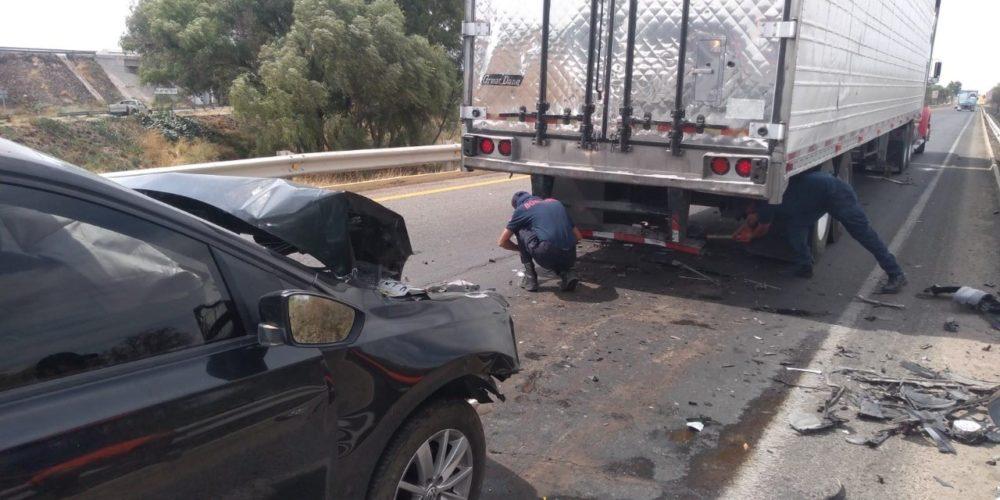 Choque entre un auto y tráiler deja un lesionado en El Salitrillo