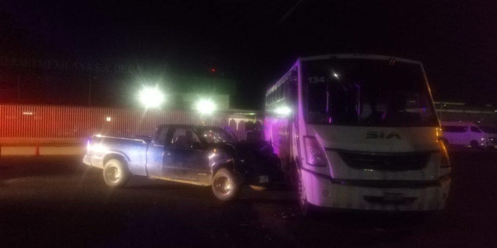 5 lesionados deja accidente entre camioneta y autobús de personal