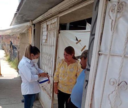 Karola Macías escucha las necesidades del distrito 16