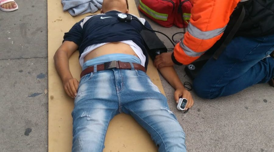 Desigual choque en tercer anillo deja un motociclista lesionado