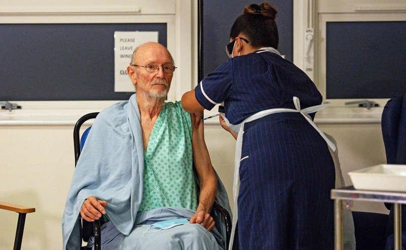 Muere el primer hombre en recibir vacuna contra coronavirus