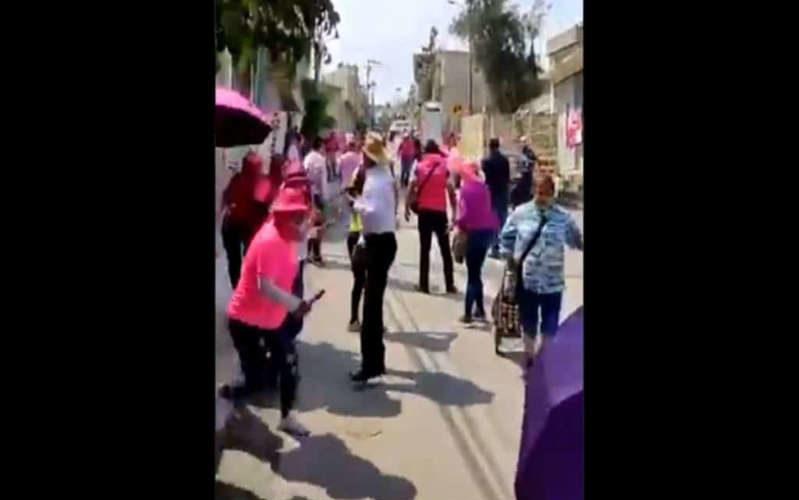 (Video)Con piedras y palos pobladores de Los Reyes agreden al candidato de Fuerza por México