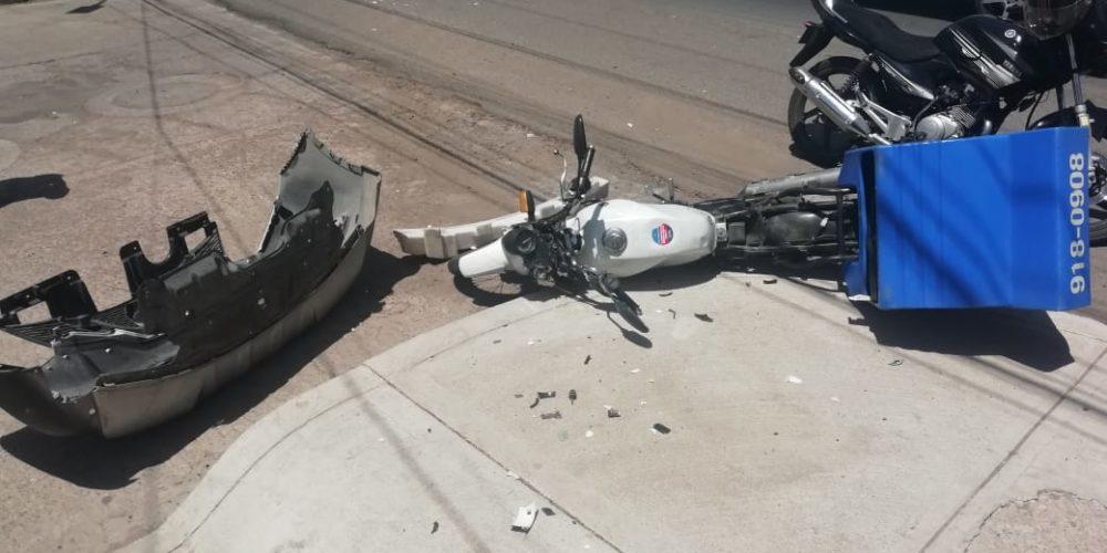 Se registra desigual choque entre una motocicleta y una camioneta