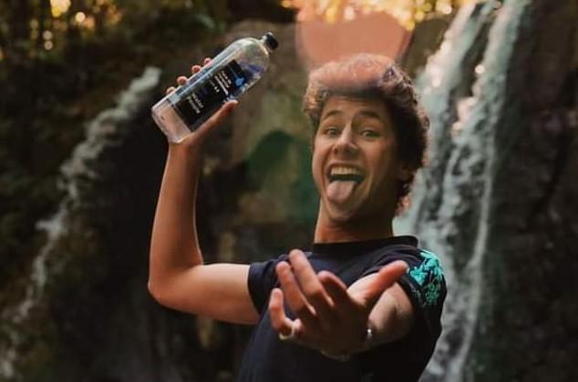 Llueven críticas para Juanpa Zurita por lanzar su marca de agua de manantial