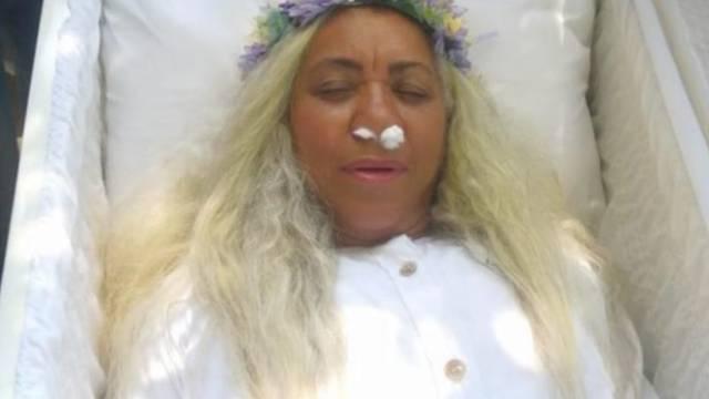 (VIDEO) Mujer finge su muerte para saber cómo sería su funeral