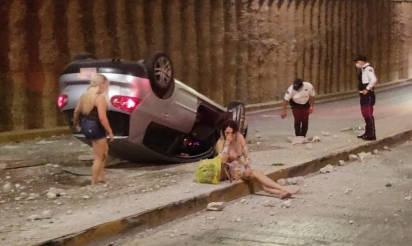 3 mujeres alcoholizadas se volcaron en el paso a desnivel de Quezada Limón