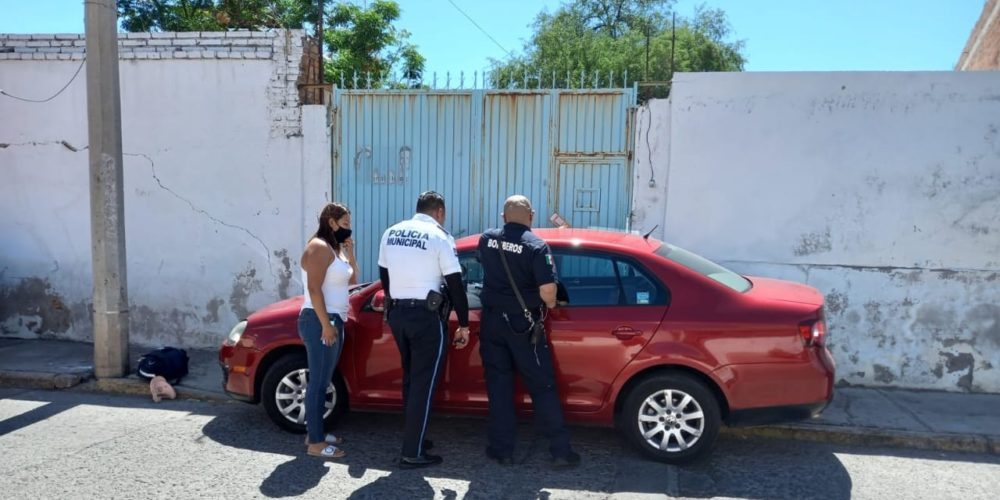 Bomberos rescatan a menor encerrado dentro de un vehículo