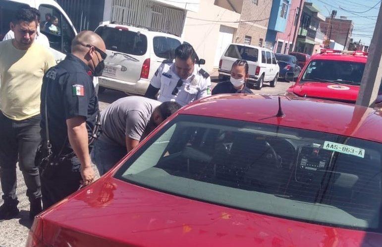Rescatan a menor que se quedó encerrado dentro de un auto en San Marcos