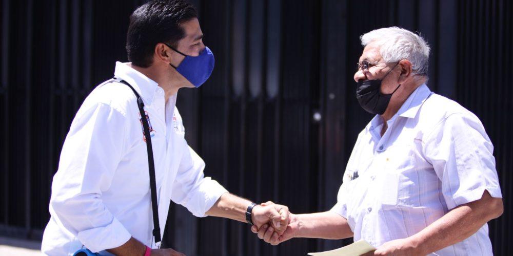 Leo Montañez escucha necesidades de vecinos de Pirámides y la Constitución