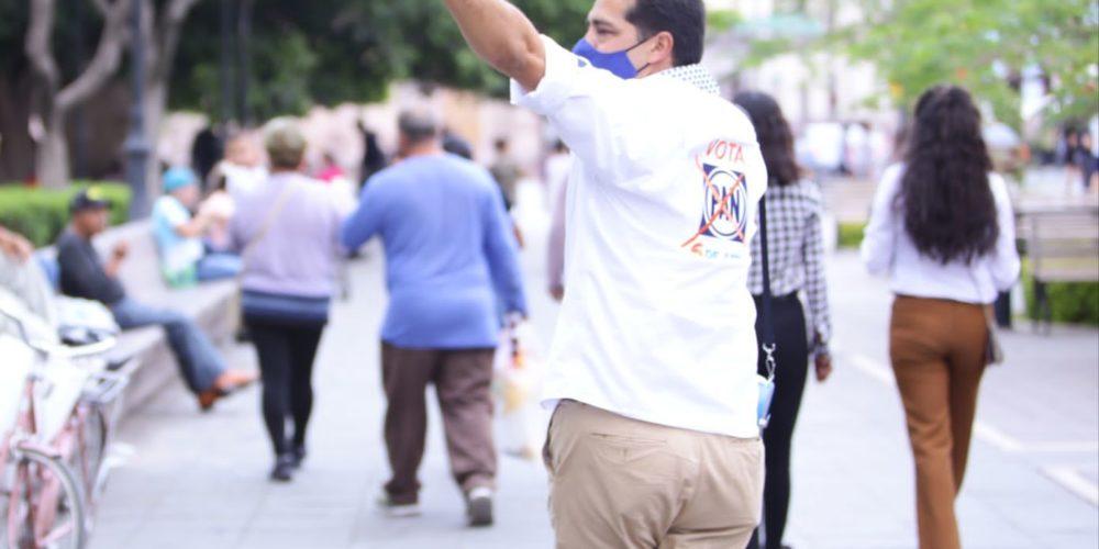 Leo Montañez recorre el centro de la ciudad para llevar sus propuestas