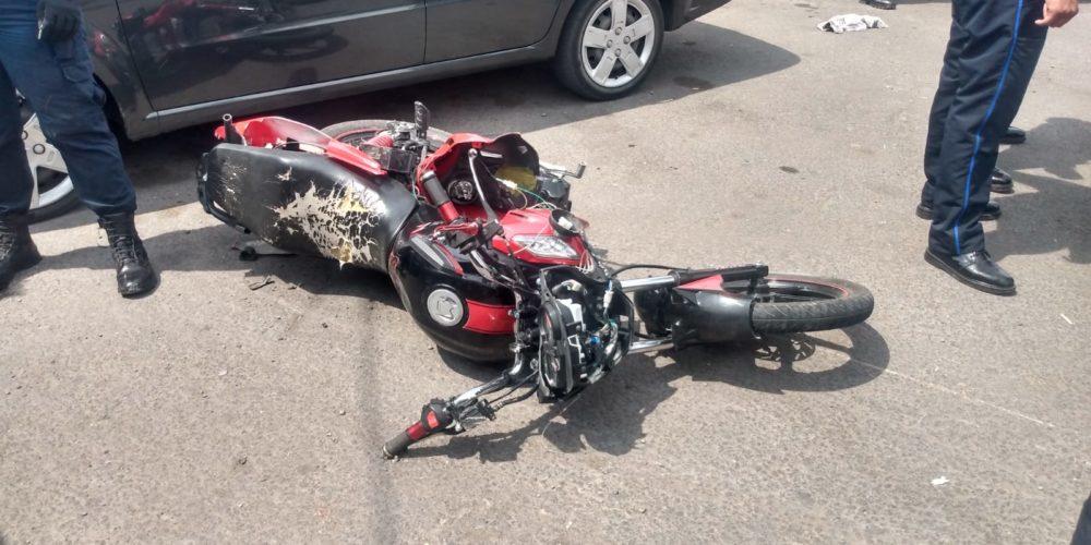 Policías estatales arrollan a moto en la que viajaban 2 adultos y un menor