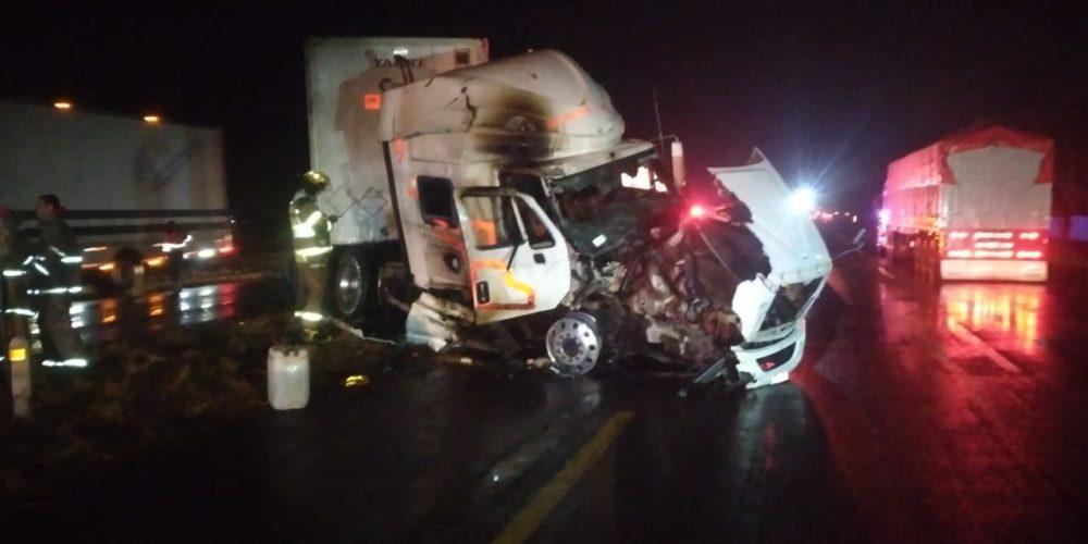 Se incendia camión tras sufrir percance por el suelo mojado en Pabellón de Arteaga