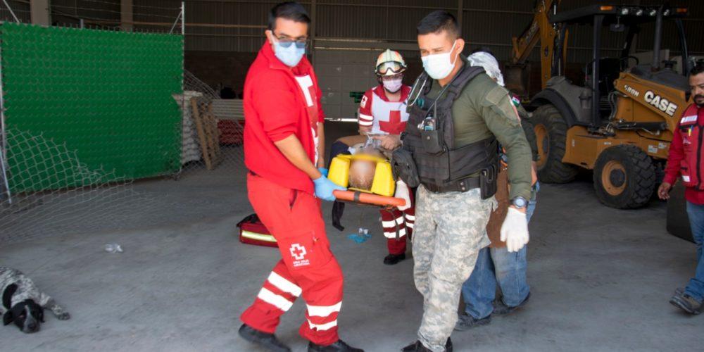 Le cayeron tubos de acero en las piernas. Fue trasladado en helicóptero al hospital