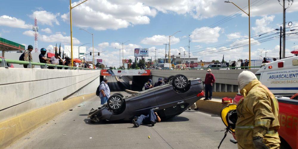 Guadalupe vuelca su vehículo en Primer Anillo
