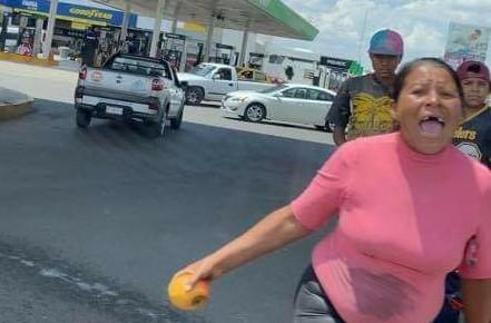 (VIDEO) Limpiavidrios agreden a conductora bajo el puente de la salida a Zacatecas
