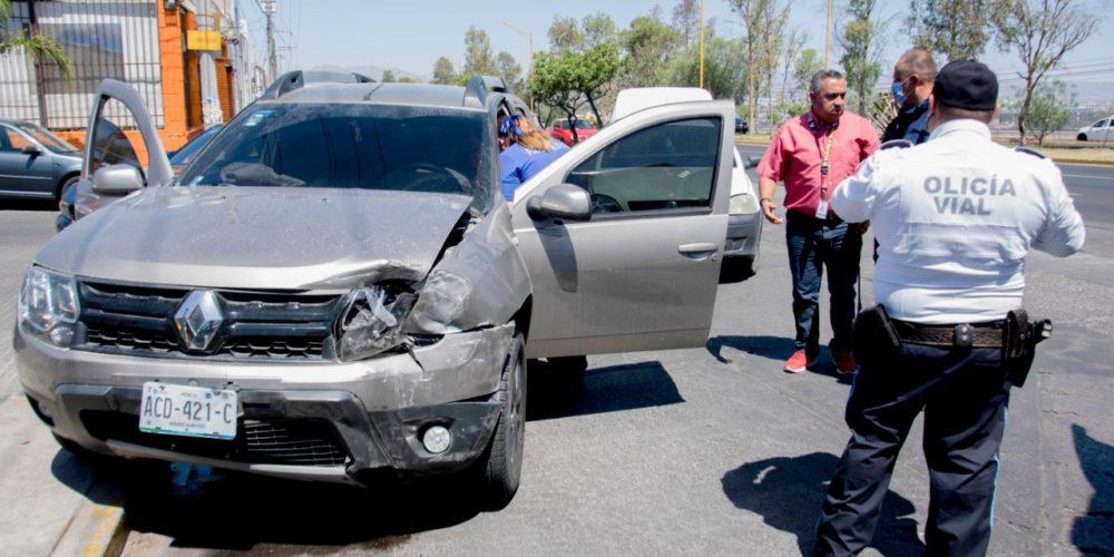 Choque entre dos vehículos deja una mujer lesionada