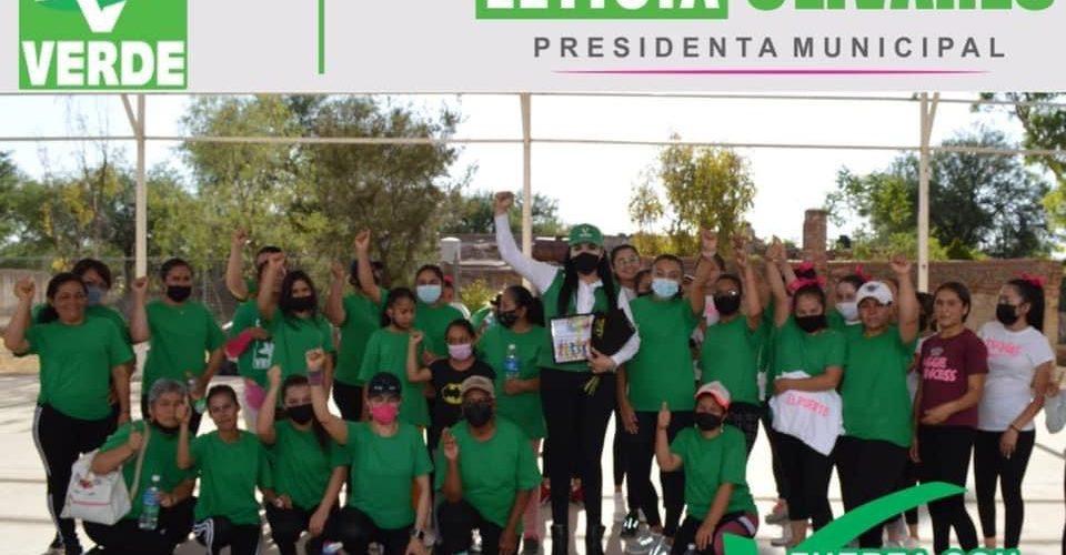 Lety Olivares planta un árbol y baila zumba