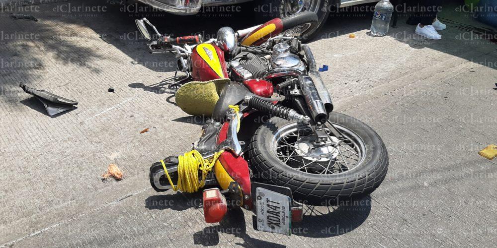 Zacatecana no respetó el señalamiento de Alto y arrolló a motociclista en La Gremial