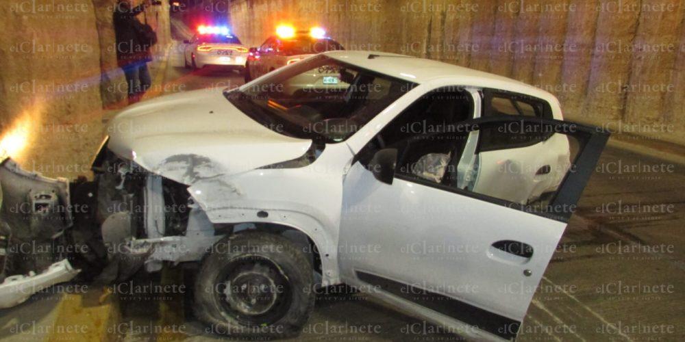 Veloz conductora destrozó su vehículo en paso a desnivel de Quezada Limón