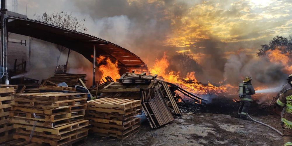 Incendio consume fabrica de tarimas en San Francisco de los Romo