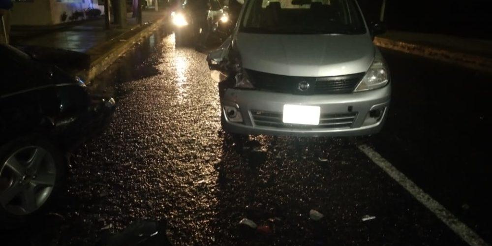 Lluvias provocan percance automovilístico en Jardines de Aguascalientes