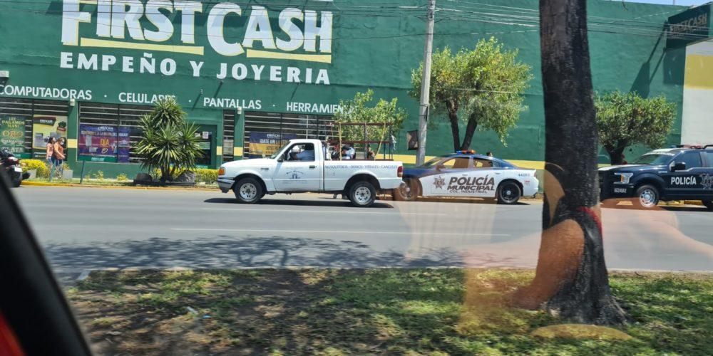 Retiró su pensión del Banamex de Plaza San Marcos y paqueros le robaron 9 mil pesos