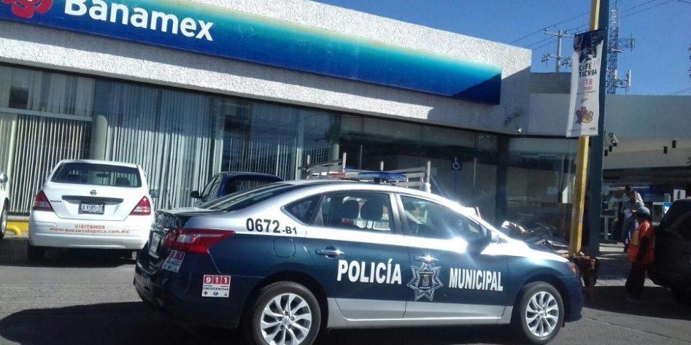 """Por """"buena gente"""" le quitan 11 mil pesos afuera de banco en Aguascalientes"""