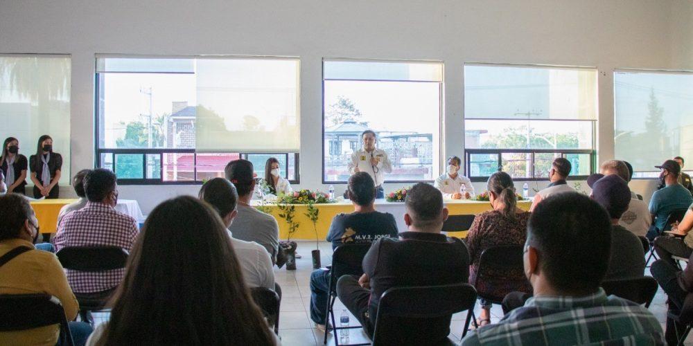 Arnulfo Flores compromete regularización escolar en comunidades de Pabellón de Arteaga