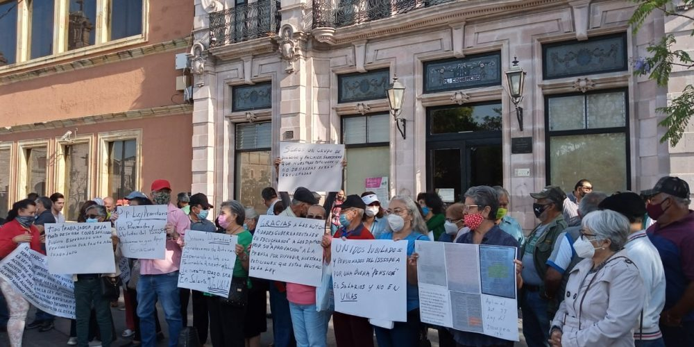 Vuelven a protestar jubilados de Aguascalientes ante Congreso por cambio de pago de pensiones a UMAS