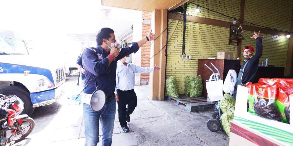 Leo Montañez lleva sus propuestas con locatarios del Agropecuario
