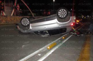 Borracho impactó 2 vehículos y volcó en Canal Interceptor