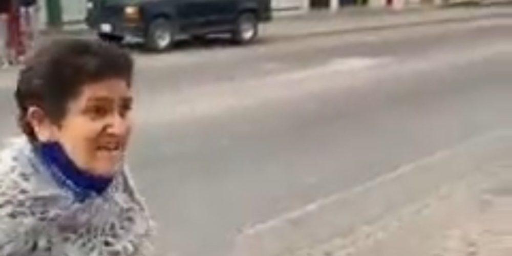 (Video) Ciudadana encara a activistas de Morena en Asientos y les exige retirar propaganda de su local