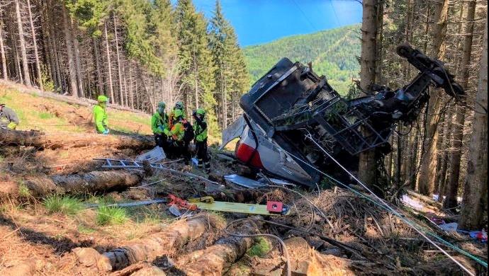 Caída de un teleférico en Italia deja 14 muertos y un menor herido