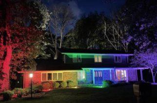 Ilumina toda su propiedad luego de que vecinos le prohibieran colgar la bandera LGBT