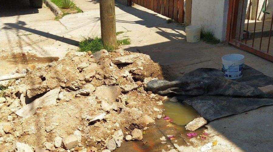 Reportan fuga de aguas negras en Santa Anita