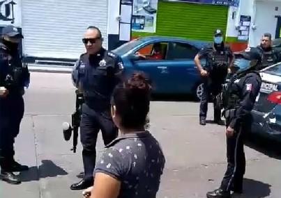 Investigan caso de policía municipal que usó arma de gotcha contra ciudadanos que reclamaron detención