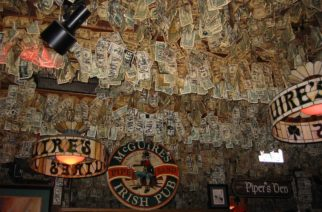 Tapizan bar con casi 2 millones de dólares en efectivo