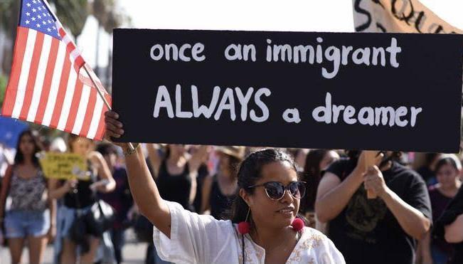 Juez federal de Texas ordenó frenar nuevas solicitudes del DACA