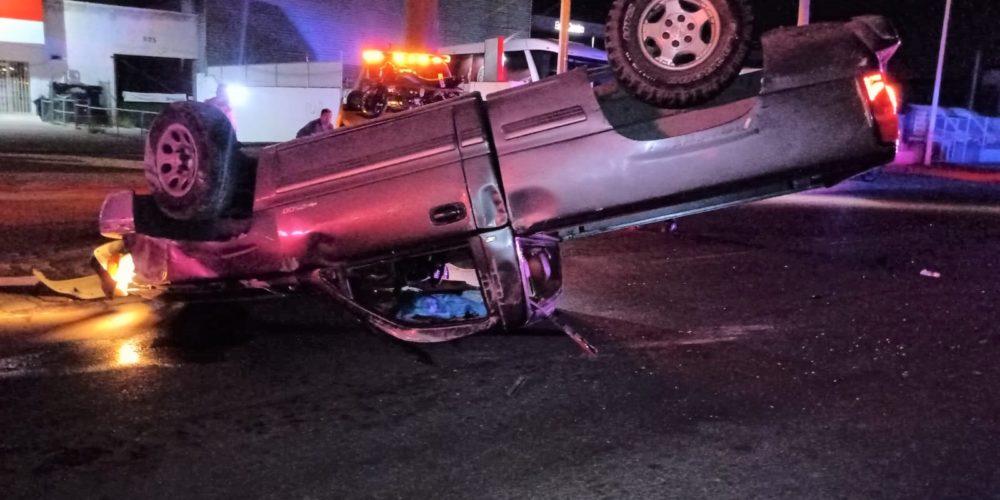Conductor chocó y volcó su camioneta en el  Bulevar a Zacatecas