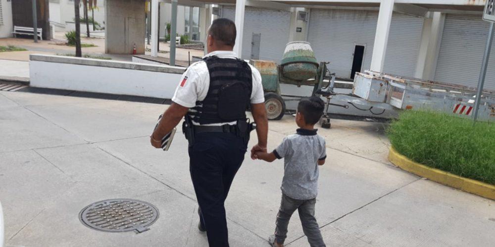 Policías resguardan a niño de 7 años que deambulaba solo en calles de Ojocaliente III