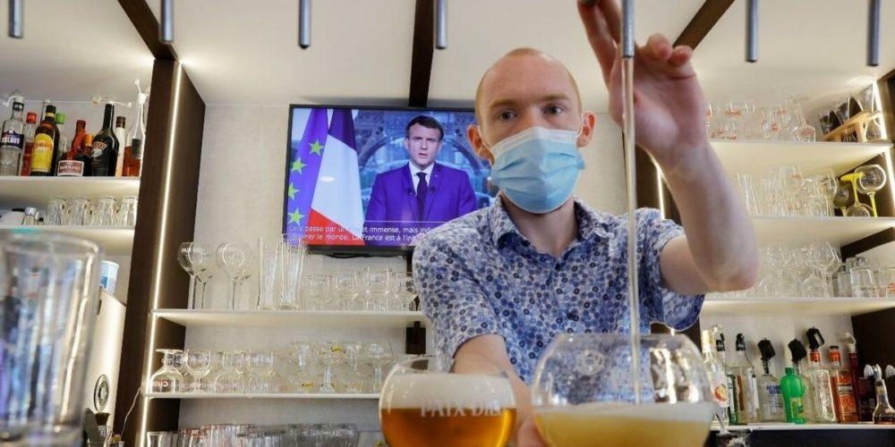 Francia exigirá certificado de vacunación para entrar a bares y viajar en tren o avión