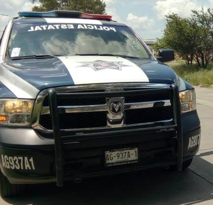 Policías apoyan a mujer que sufrió un aborto espontáneo
