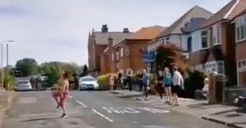 (Videos)Mexicana en Inglaterra pone a bailar 'La Vaca' y 'La Chona' a sus vecinos